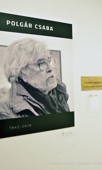 Titokzatosságában is ismerős mindenség – Polgár Csaba-emlékkiállítás a Vigadó Galériában