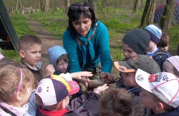 Pedagógusok és tanítványaik a Tömördi Madárvártán
