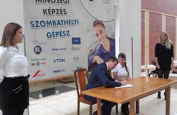 Duális hallgatóink ma aláírták a munkaszerződéseket a partnercégekkel